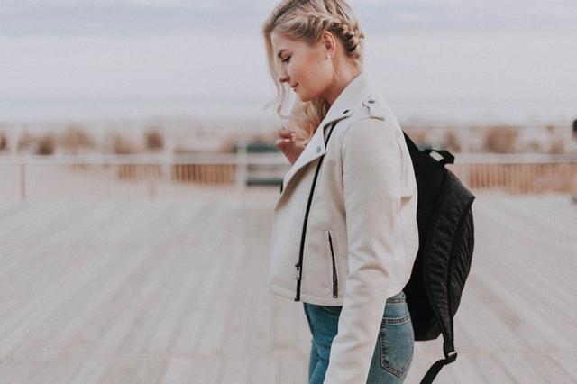 Dívka s batohem na zádech